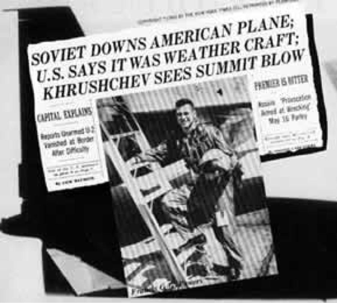 В мае 1960 г. все мировые таблоиды пестрели заголовками о гибели U2 и фотографиями летчика Пауэрса.
